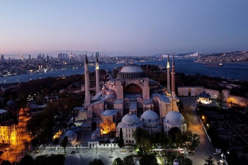 Hagia Sophia, bangunan kuno di Istanbul, Turki, yang awalnya katedral Kristen Ortodoks, kemudian dikonversi jadi masjid, diubah lagi jadi museum dan kini kembali dikonversi jadi masjid. Foto/REUTERS via sindonews.com